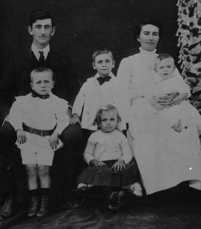 Walter and Mary Anderson and their eldest four children: Walter, Harold, Jean and Kenneth. Photo taken c 1913