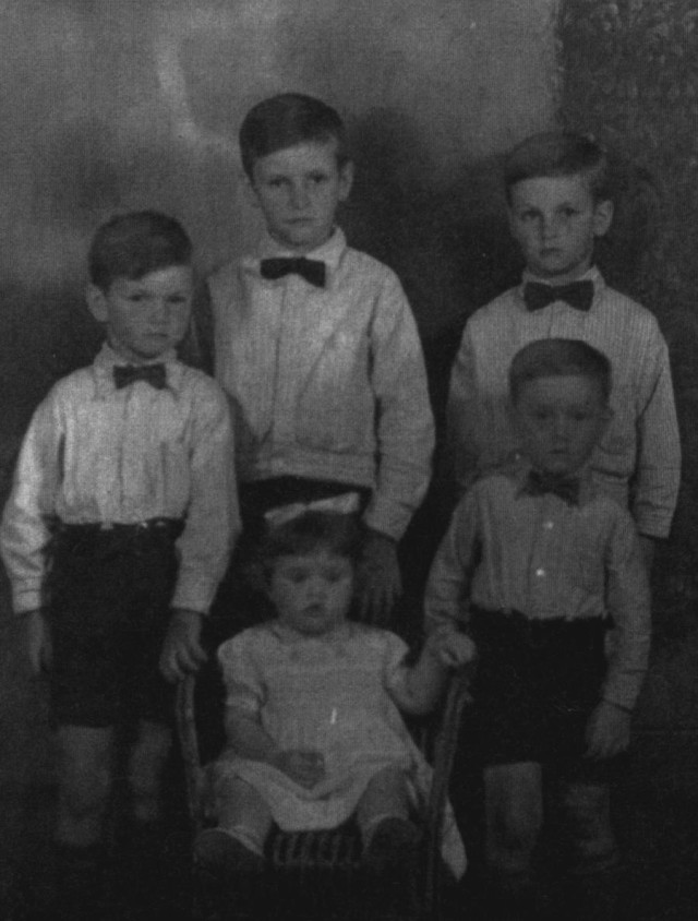The children of Donald Dunbar and Nellie 'Kate' Anderson L to R: Raymond, Donald, Leslie, Maisie and Samuel.